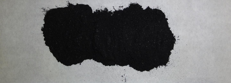 El biocarbó (biochar) s'obte de restes de biomassa per un procès de pirolisi. S'incorpora al sòl en forma de grànuls o partícules fines com es veu a la imatge